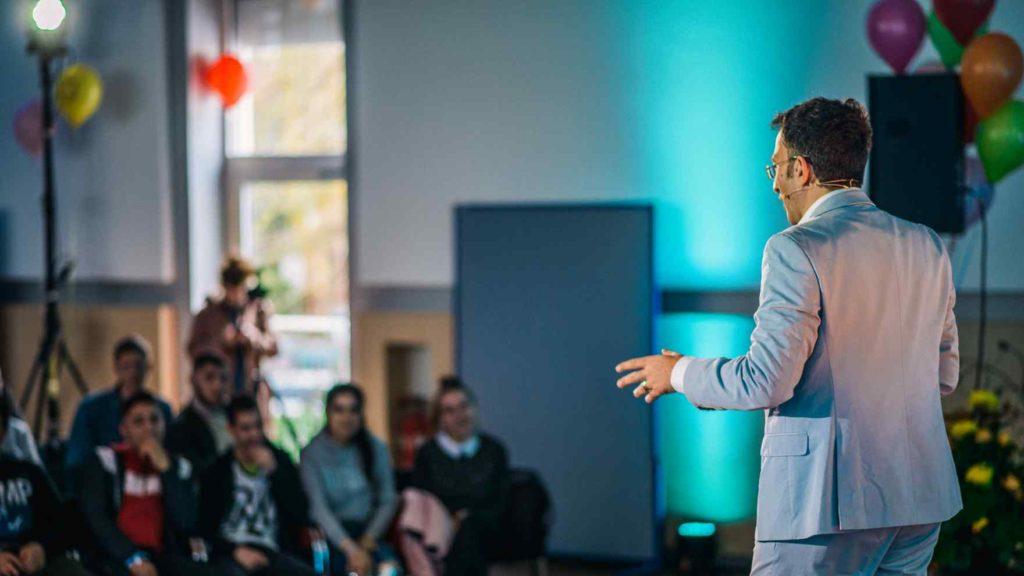 Fatih Çevikkollu tritt beim Vernetzungstreffen der Courage-Schulen in Unna 2019 auf